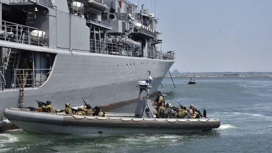Военнослужащие отрабатывают действия против захвата кораблей в Черном море в рамках международных учений Sea Breeze-2019