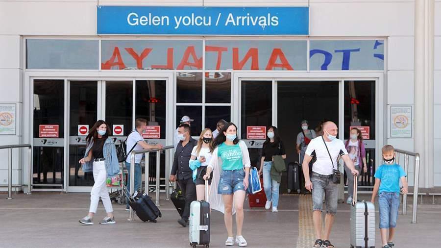 Туристы, прибывшие на отдых в Турцию