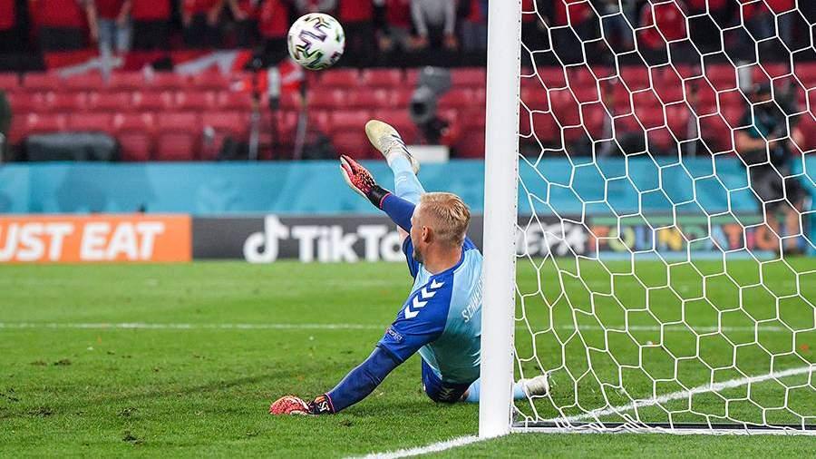 Вратарь сборной Дании Каспер Шмейхель пропускает мяч в свои ворота в матче 3-го тура группового этапа чемпионата Европы по футболу 2020 между сборными командами России и Дании