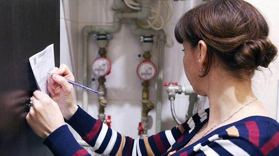 Женщина переписывает показания счетчика учета воды