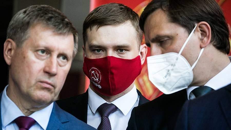 Мэр Новосибирска Анатолий Локоть (слева), губернатор Хакассии Валентин Коновалов (в центре), губернатор Орловской области Андрей Клычков (справа) и на XXVIII-ом съезде общероссийской партии КПРФ