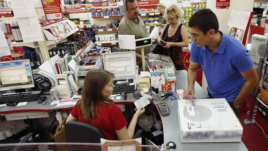 покупатель на кассе магазина