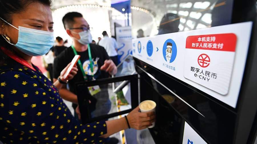 Знак цифрового юаня на аппарате по продаже кофе на международнойвыставке потребительских товаровв Хайкоу