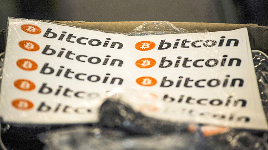 Наклейки с надписью Bitcoin