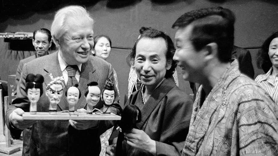 Артисты японского театра кукол дарят Сергею Образцовукукол-персонажей сказок