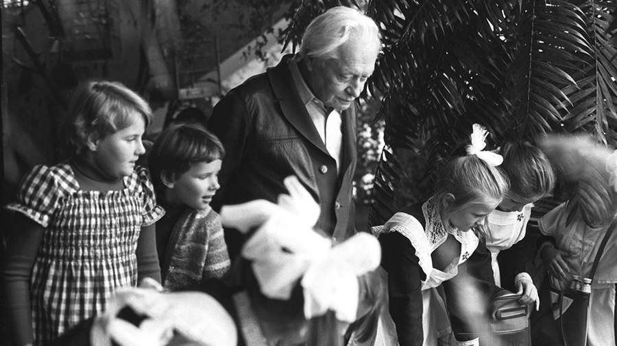 Сергей Образцов с юными зрителями в зимнем саду руководимого им театра кукол