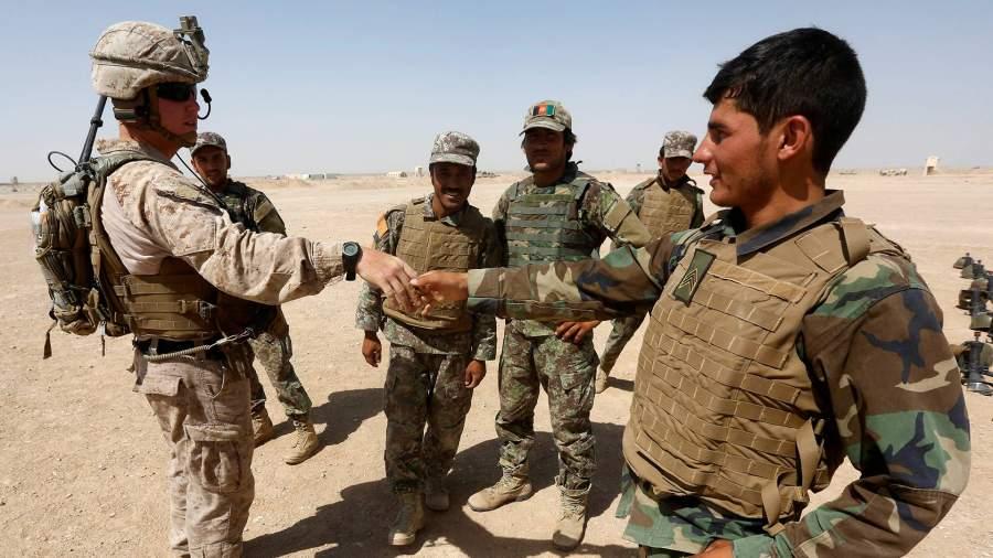 Американский военный жмет руку солдату афганской армии