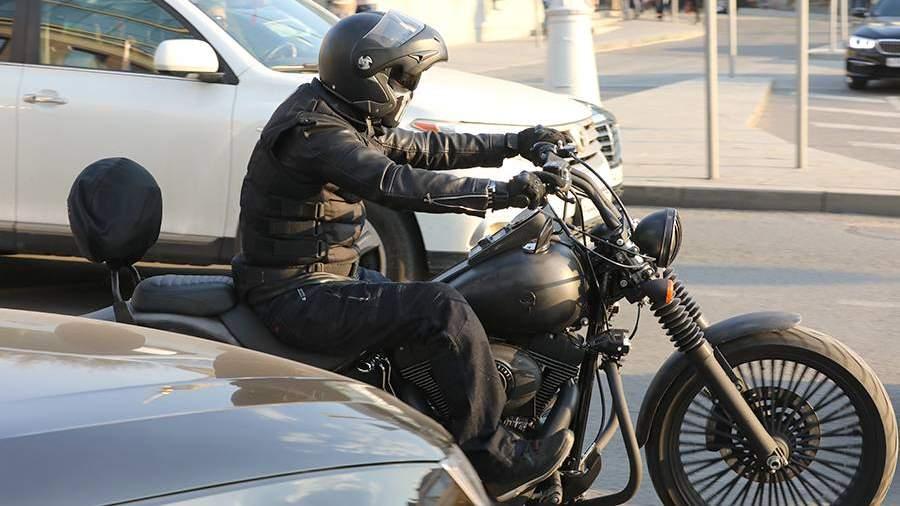 Мотоциклист на дороге в Москве