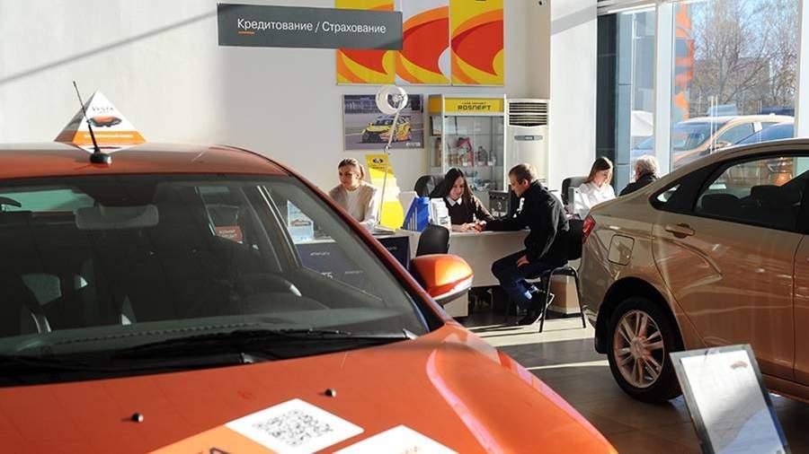 Менеджеры отдела кредитования и страхования работают с клиентами в автоцентре