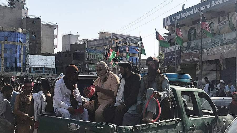 Сторонники радикального движения «Талибан»(запрещено в РФ) въезжают в город Джелалабад