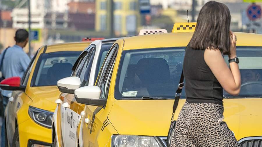Автомобили такси на стоянке