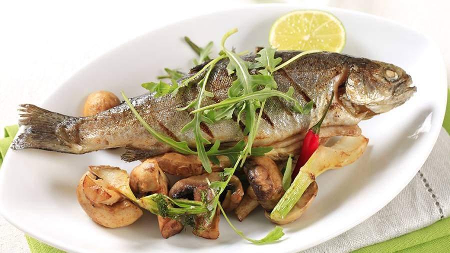 Рыба на тарелке с картофелем и грибами