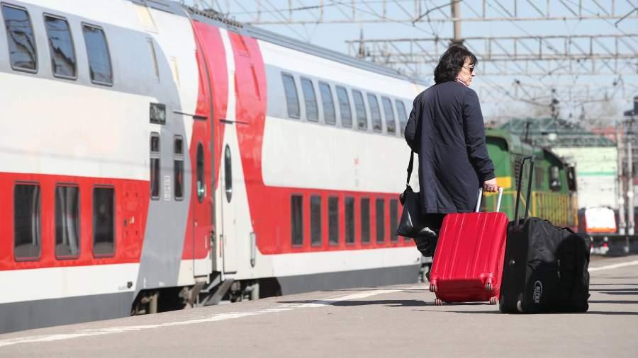 Женщина с багажом на перроне вокзала