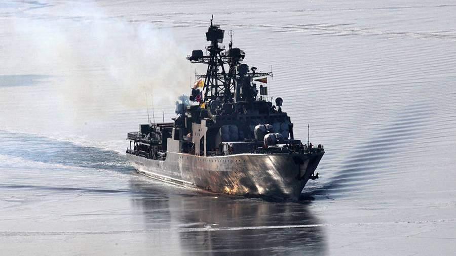Большой противолодочный корабль «Адмирал Пантелеев» заходит в бухту Золотой Рог