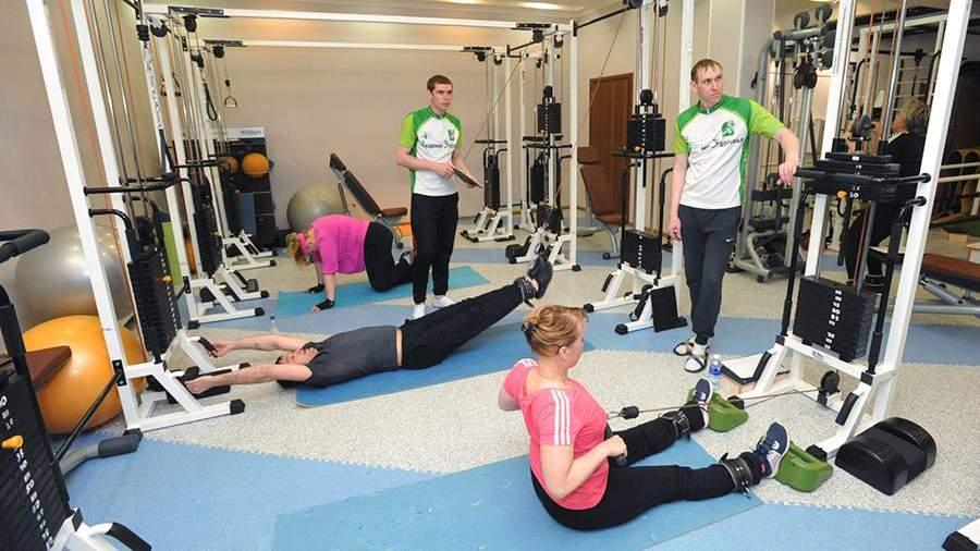 Пациенты занимаются в спортзале клиники