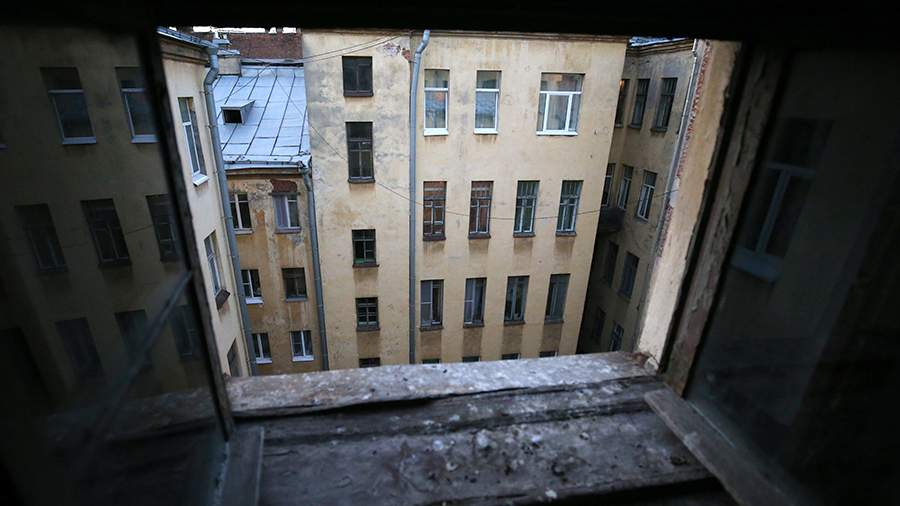 Вид из окна чердака жилого дома