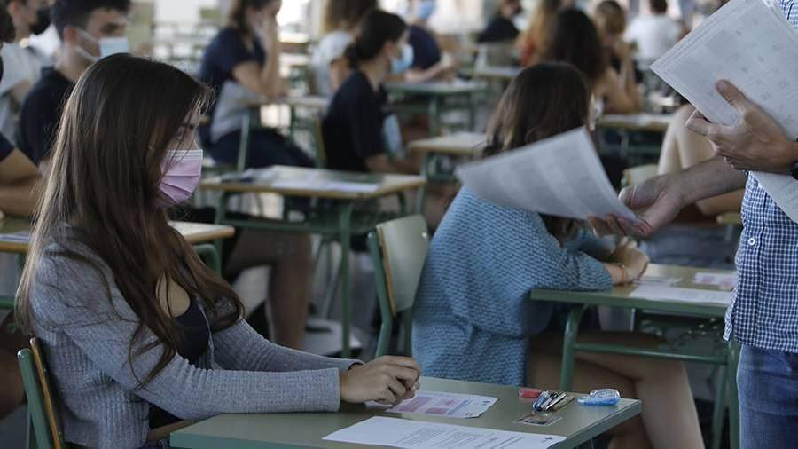 девушка на вступительном экзамене