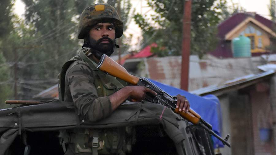 Солдат вооруженных сил Индии в одном из поселений в Гималаях