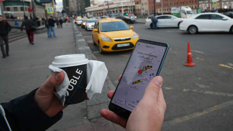 Пассажир заказывает такси через приложение
