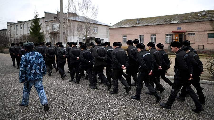 Заключенные исправительной колонии общего режима во время прогулки