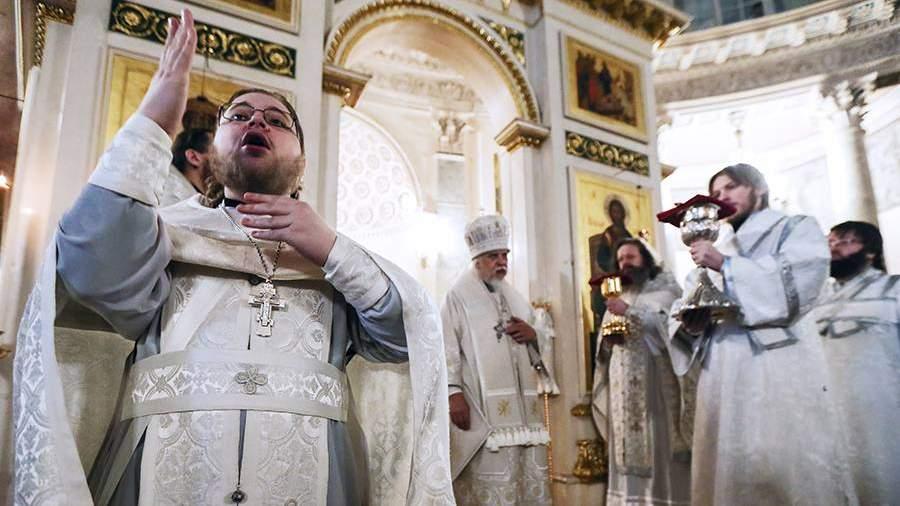 Епископ во время литургии с сурдопереводом для глухих и слабослышащих людей в храме святого царевича Димитрия