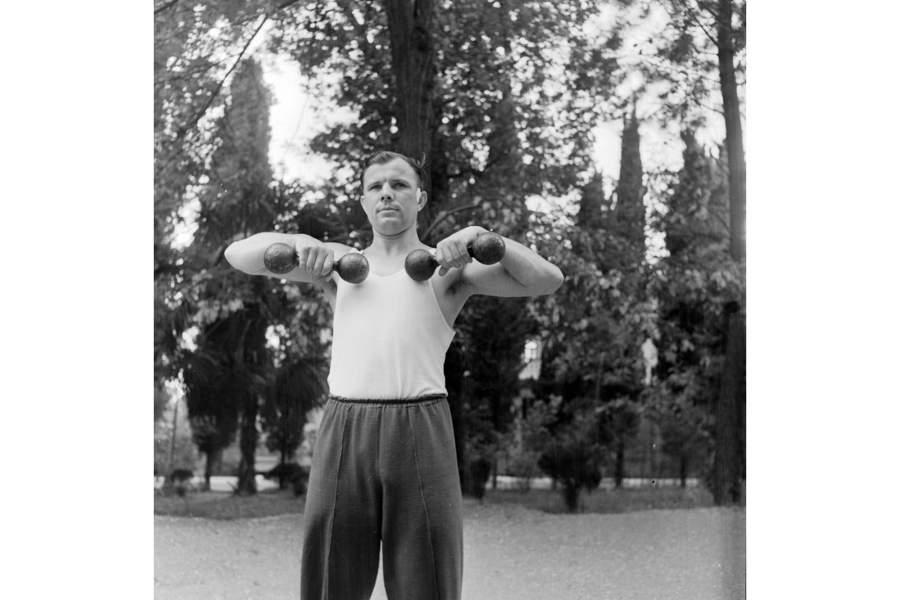 Ю.А. Гагарин во время занятий по физической подготовке. Звездный городок