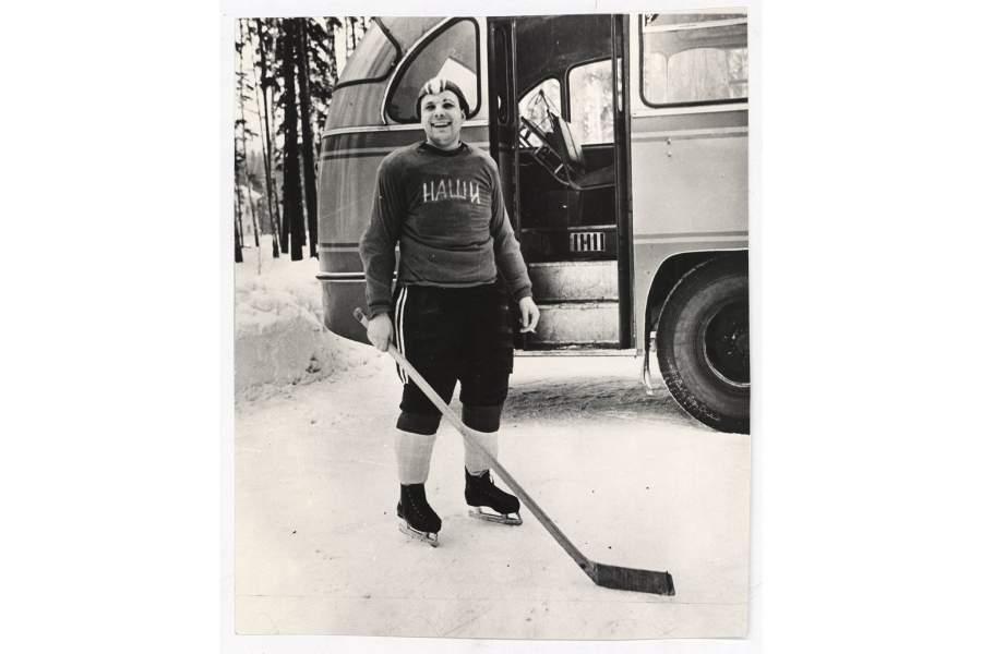 """Капитан хоккейной команды """"Наши"""" лётчик-космонавт СССР Ю.А. Гагарин."""