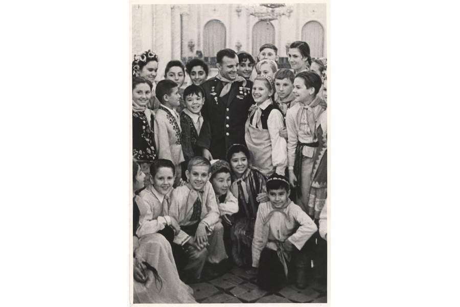 Гагарин Ю.А. среди пионеров союзных республик во время новогоднего праздника в Георгиевском зале Кремля. Москва, январь 1962 г. Автор съемки не установлен.