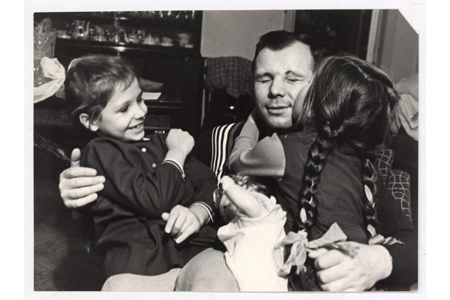 Первый в мире космонавт СССР Ю.А. Гагарин с дочками Еленой и Галиной.