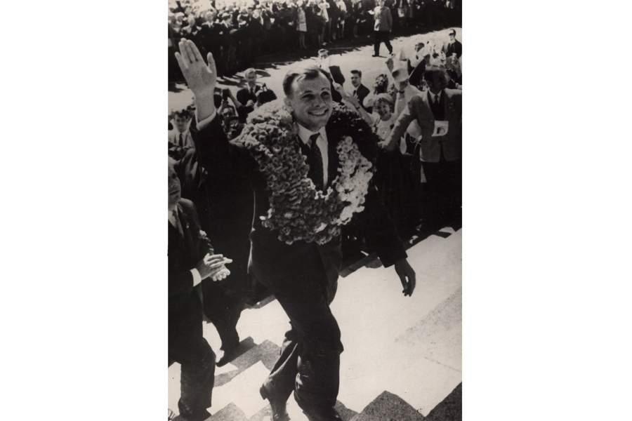 Лётчик-космонавт СССР Ю.А. Гагарин приветствует гостей на VII Всемирном фестивале молодежи и студентов в Хельсинки. 4 августа 1962 года