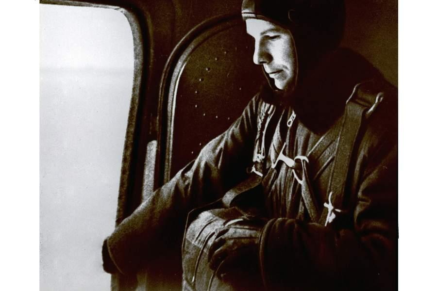 Ю.А. Гагарин в салоне самолета во время парашютной подготовки. 1960–1961 годы